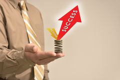 El hombre de negocios lleva a cabo la acción y el éxito de la muestra Imágenes de archivo libres de regalías