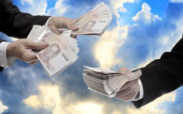 El hombre de negocios lleva el dinero tailandés para invierte, gestión de fondos Foto de archivo libre de regalías