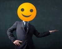 El hombre de negocios lleva la cara sonriente amarilla Imágenes de archivo libres de regalías