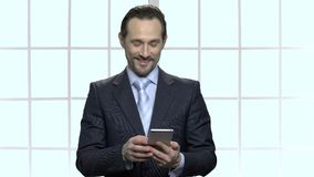 El hombre de negocios maduro atractivo recibió un mensaje en su teléfono almacen de video