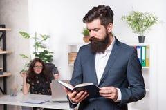 El hombre de negocios maduro leyó la nota para el jefe Protuberancia y empleado Secretaria con el jefe businesspeople colaboració fotografía de archivo