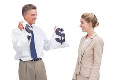 El hombre de negocios maduro sonriente que muestra el dinero empaqueta a su compañero de trabajo Fotos de archivo