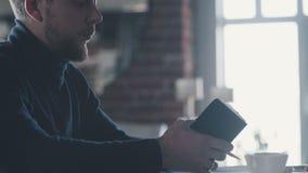 El hombre de negocios masculino está trabajando en una oficina ligera y moderna en estilo del desván metrajes