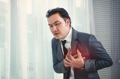 El hombre de negocios mayor tiene ataque del corazón Agotado, enfermedad, enfermedad imagen de archivo libre de regalías