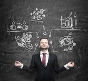 El hombre de negocios meditativo está pensando en medidas de desarrollo de negocios Las cartas, gráfico de sectores, iconos del n Imágenes de archivo libres de regalías