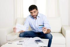 El hombre de negocios mexicano español se preocupó cuentas que pagaban en el sofá Imagen de archivo
