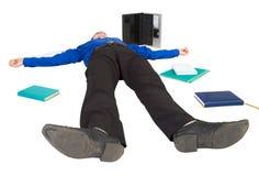 El hombre de negocios miente en un suelo entre las cosas Fotos de archivo libres de regalías