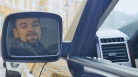 El hombre de negocios mira en espejo retrovisor almacen de metraje de vídeo