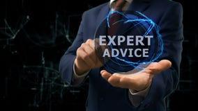 El hombre de negocios muestra asesoramiento de experto del holograma del concepto sobre su mano almacen de metraje de vídeo
