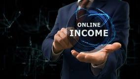 El hombre de negocios muestra a holograma del concepto renta en línea en su mano almacen de video
