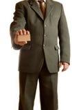El hombre de negocios muestra la tarjeta en blanco Fotografía de archivo