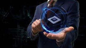 El hombre de negocios muestra el microchip del holograma 3d del concepto en su mano imagenes de archivo