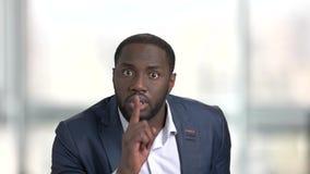 El hombre de negocios negro muestra gesto silencioso almacen de metraje de vídeo
