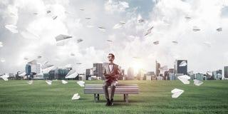 El hombre de negocios o el estudiante joven que estudia la ciencia y el papel planea Imagen de archivo libre de regalías