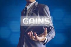 El hombre de negocios o el Salaryman con aumentos manda un SMS al concep moderno del interfaz foto de archivo