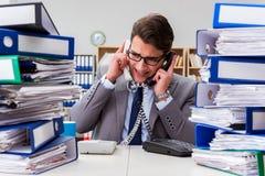 El hombre de negocios ocupado bajo tensión debido al trabajo excesivo Fotografía de archivo libre de regalías