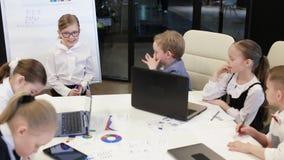El hombre de negocios In The Office del niño hace la presentación almacen de metraje de vídeo