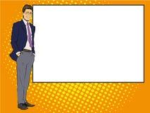 El hombre de negocios permanece al lado del tablero blanco en blanco Ejemplo retro del vector del estilo de los tebeos del arte p stock de ilustración