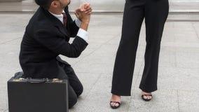 El hombre de negocios pide el jefe femenino condolencia foto de archivo