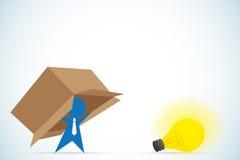 El hombre de negocios piensa fuera de la caja, de la idea y del concepto del negocio Imagen de archivo libre de regalías
