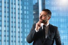 El hombre de negocios piensa nuevas estrategias para crecer la compañía foto de archivo libre de regalías