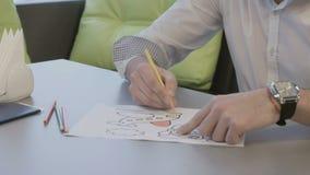 El hombre de negocios pinta el libro de colorear en aeropuerto durante el embarque que espera en el avión almacen de metraje de vídeo