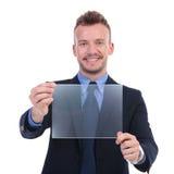 El hombre de negocios presenta la pantalla transparente Fotos de archivo libres de regalías