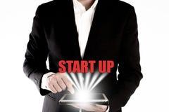 El hombre de negocios presionó en la tableta, negocio comienza para arriba concepto Imagenes de archivo