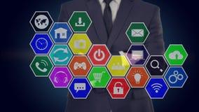 El hombre de negocios presiona un botón en la pantalla táctil, da vuelta a los medios Panal ilustración del vector