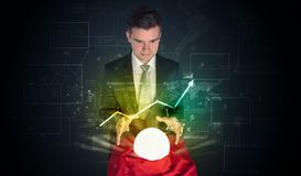 El hombre de negocios previó el futuro del mercado de acción con una bola mágica Fotos de archivo