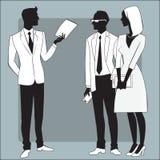 El hombre de negocios principal da el trabajo a los empleados Imagen de archivo