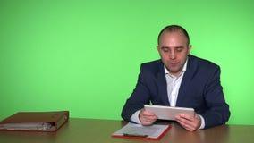 El hombre de negocios principal da las pedidos para los trabajadores Fondo verde de la pared almacen de metraje de vídeo