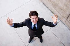 El hombre de negocios profesional joven con los brazos se abre foto de archivo libre de regalías