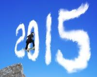 El hombre de negocios que anda en monopatín que pasa hasta el 2015 forma se nubla en el bl Fotografía de archivo libre de regalías