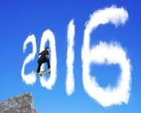 El hombre de negocios que anda en monopatín que pasa hasta el 2016 forma se nubla en el bl Imagenes de archivo