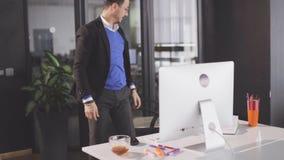 El hombre de negocios que anima consigue buenas noticias y el salto en oficina almacen de video
