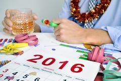 El hombre de negocios que bebe en la oficina durante Años Nuevos va de fiesta Imagen de archivo