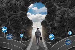 El hombre de negocios que camina hacia su concepto de la meta de la ambición imagen de archivo