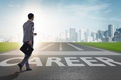 El hombre de negocios que camina hacia sus aspiraciones de la carrera Imagen de archivo libre de regalías