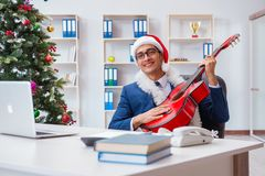 El hombre de negocios que celebra día de fiesta de la Navidad en la oficina Imagen de archivo