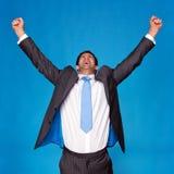 El hombre de negocios que celebraba con los brazos levantó en el aire Imagenes de archivo