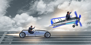 El hombre de negocios que compite con en el coche y el aeroplano fotografía de archivo