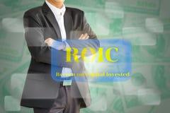 El hombre de negocios que considera el ROIC, vuelta en capit invertido Foto de archivo libre de regalías