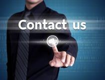 El hombre de negocios que empuja manualmente nos entra en contacto con botón en un interfaz de la pantalla táctil foto de archivo libre de regalías