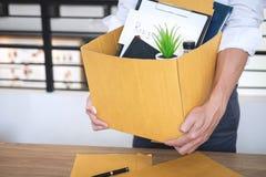 El hombre de negocios que envía la letra siendo dimisión y p que lleva foto de archivo libre de regalías