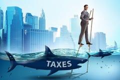 El hombre de negocios que evita pagando altos impuestos ilustración del vector