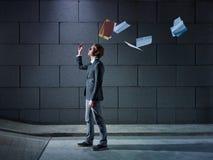 El hombre de negocios que lanza lejos clasifía y los documentos Imágenes de archivo libres de regalías