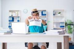 El hombre de negocios que lleva a cabo el mensaje en oficina Fotografía de archivo libre de regalías