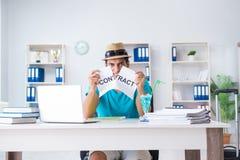 El hombre de negocios que lleva a cabo el mensaje en oficina Imagen de archivo libre de regalías
