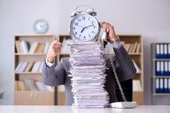 El hombre de negocios que lucha para cumplir plazos desafiadores Imagen de archivo libre de regalías